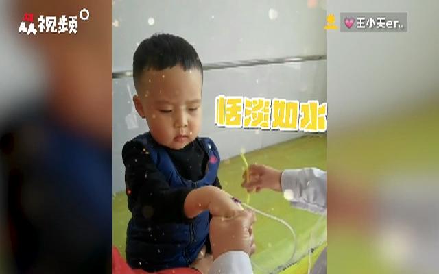 小朋友打针试图管理表情