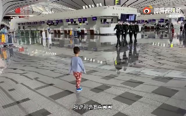 2岁萌娃机场给武警敬礼获回礼
