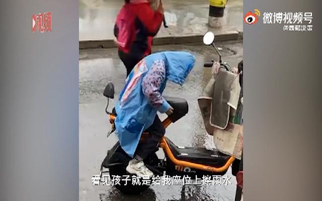 男孩用身体给妈妈车座挡雨,妈妈:再也不羡慕别人孩子了